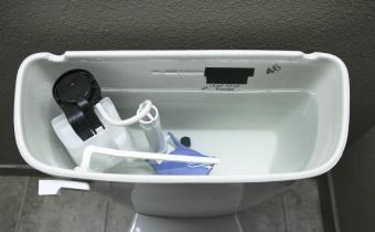 Como limpar o interior de um tanque de banheiro com vinagre