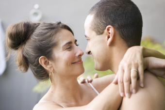 Razões pelas quais mulheres mais velhas flertam com homens mais jovens