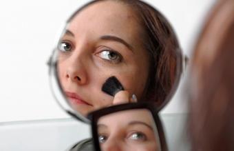Comment couvrir une croûte avec du maquillage