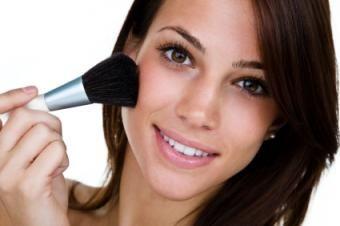 Aprenda as etapas para aplicar maquiagem