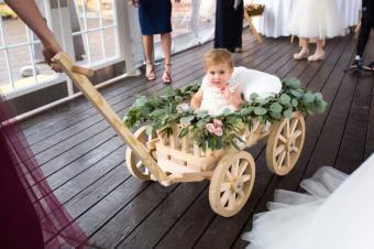 שימוש בעגלות חתונה לילדות פרחים צעירות